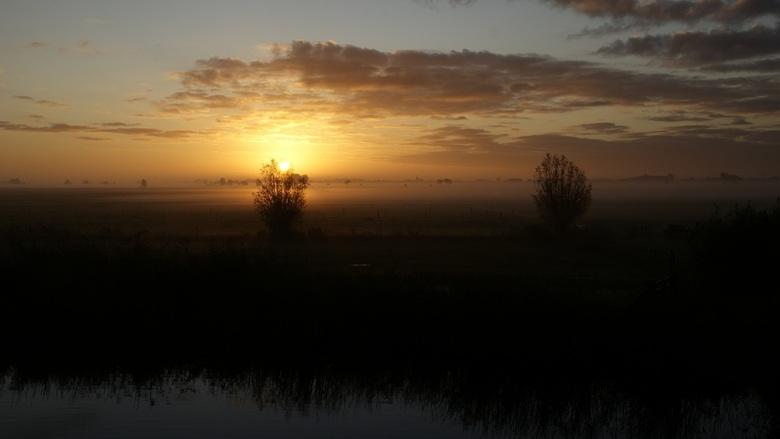Zonsopgang met grondmist - Zonsopgang in de polder, met uitzicht op Bleskensgraaf