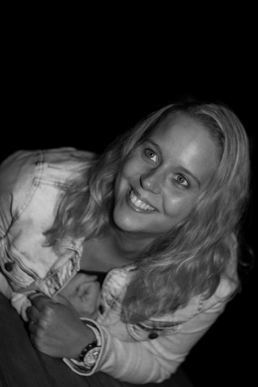 spontaan - Tijdens een avondwandeling wild mijn vriendin spontaan poseren.. <br /> <br /> De zwarte achtergrond is de natuurlijke duisternis