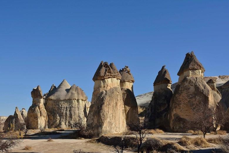 Bergen met een hoedje - Cappadocië (Göreme) - Turkije. Het bijna surrealistische landschap onderstaan in de afgelopen miljoenen jaren door vulkaanuitb