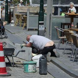 He, die meneren kijken onder de straat