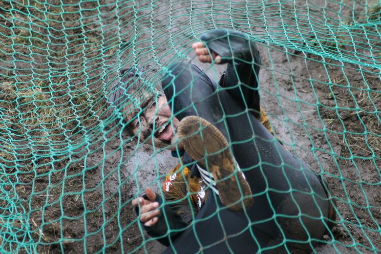 Heerlijk!!!!:D - 1 van de vele deelnemers aan de wadro survivalrun afgelopen maart 2009, dit was bij een brug langs onder een net door glijden, hier z