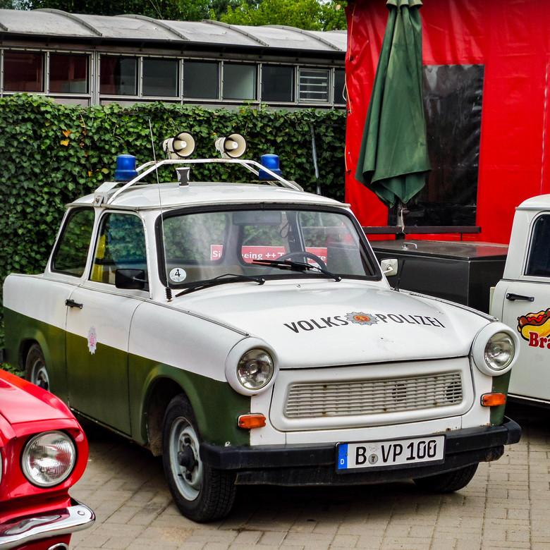 Alleen in Berlijn te vinden (2) - Deze Politie-Trabant gespot bij Trabi-World in Berlijn, vlakbij het voormalige Checkpoint Charlie.<br /> Ik kan hel