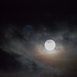 Volle maan tussen de wolken