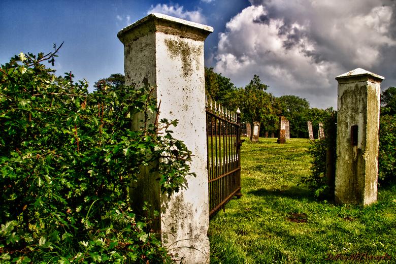 Cemetery W 1 - Vanmiddag nog urbex maat Erik W op pad geweest bij een oude school, echter daarachter was nog een oude vervallen kerkhof wat toch redel