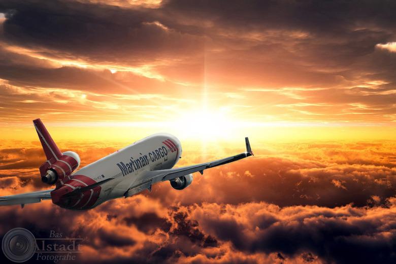 Martinair MD-11 above the clouds - Nog een Photoshop project. Ook deze plaat heeft opnieuw enkele uren in beslag genomen. Kist heeft onder andere scha