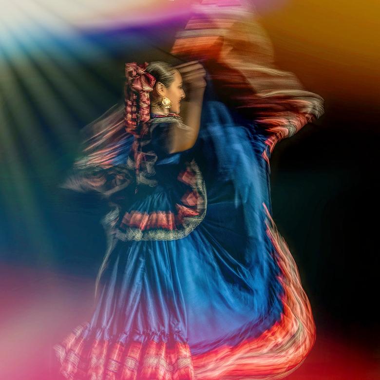 Sivo.. - Een danseres uit Mexico op het SIVO Dansfestijn! Aangezien er weinig kleur in de tent was heb ik dat voor de sfeer zelf maar toegevoegd!!