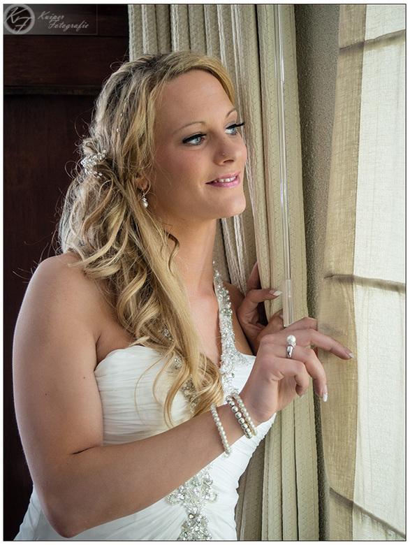 Daar komt de bruid(egom) - Bruid die naar buiten kijkt terwijl de bruidegom arriveert.<br /> <br /> gemaakt met Olympus OM-D EM10