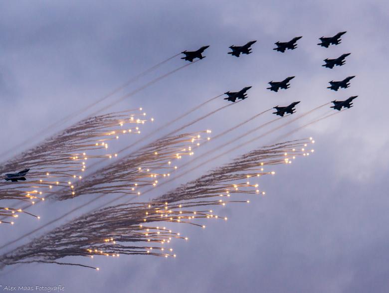 In Formatie!! - Gevechtsvliegtuigen die in formatie vliegen en flares afschieten @ Luchtmacht dagen Volkel