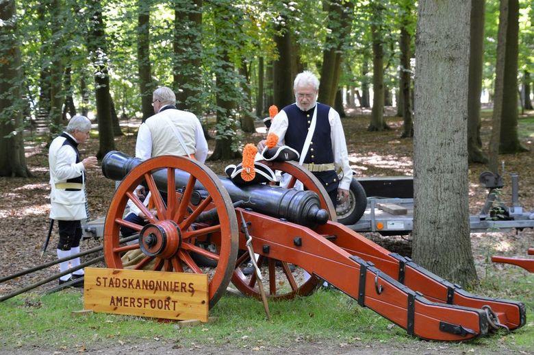 kanon - Het startschot bij de Royal Run  een hardloopevenement bij Paleis Soestdijk, werd gegeven met een echte kanon.
