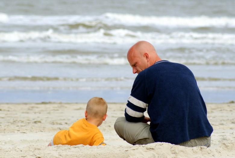 "Een prettig gesprek? - Vader en zoon op het strand van Vlieland...<br /> nu met ff wat meer zee<img  src=""/images/smileys/smile.png""/>"