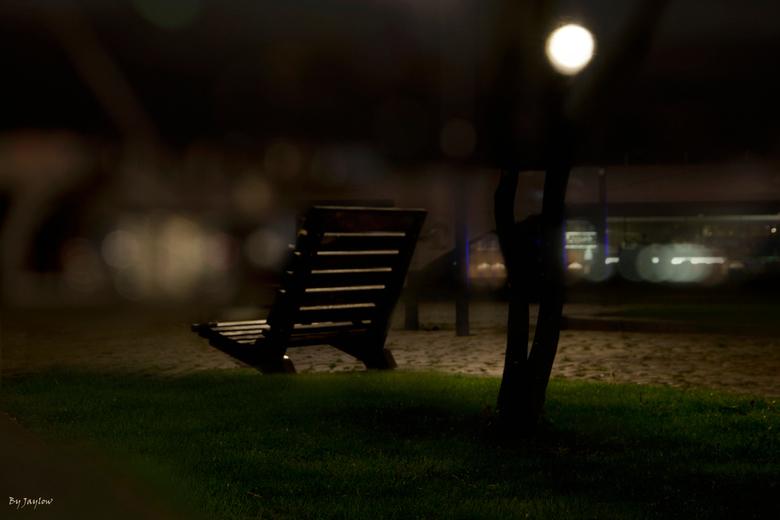 Take your Time - Eens even wat anders, een bankje en een boompje in de avond.