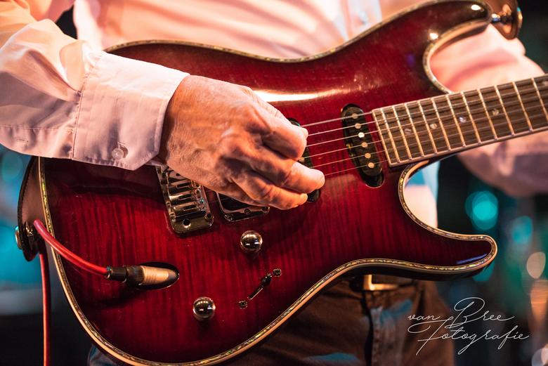 Guitar mann - Close-up van gitaar tijdens optreden van coverbandje op cultureel festival Cult en Tumult