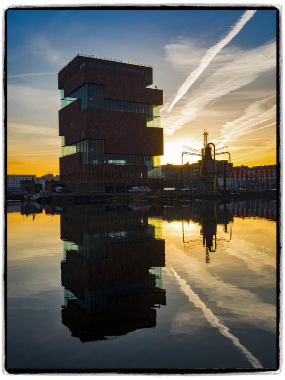MAS museum Antwerpen - Weerspiegeling MAS museum aan het Bonaparte dok in Antwerpen bij zonsopgang (Belgium)