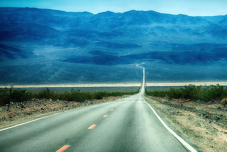 Road to Hell - Zo zijn de wegen in Death Valley, je rijdt er alleen, eindeloos lang en zeer uitdagend