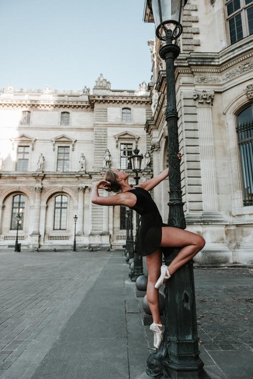 Loes - Deze pose van Loes vroeg om heel veel kracht en balans, omdat zij maar op een zeer klein hulpmiddel stond om vervolgens vast te hangen.