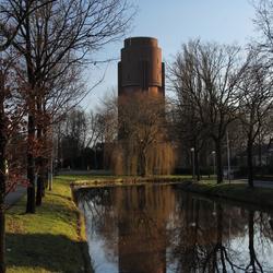 Watertoren met spiegelbeeld