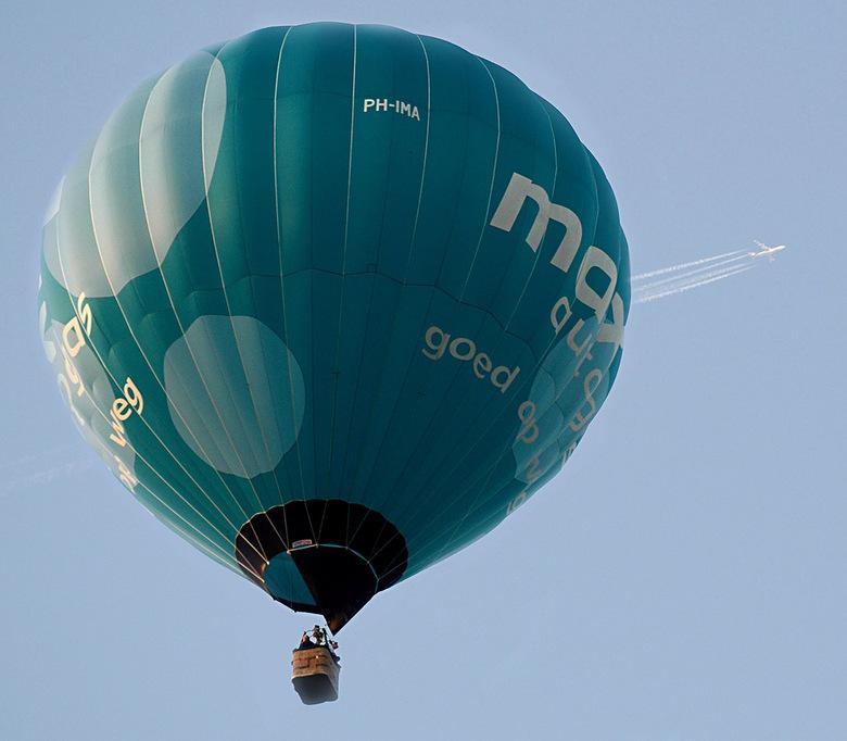 2 in 1 klik - Twee luchtvaartuigen in 1 klik. Genomen tijdens ballonfestival van Waddinxveen kwamen de ballonen over mijn huis zetten.