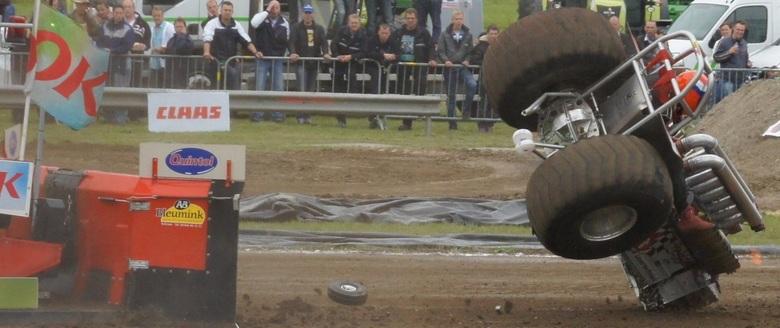 Oeps....... - Tractorpulling in Emmeloord.<br /> Deze deed stuterde stuter en ronde gezellig om nadat de sleepketting afbrak.<br /> En ik heb het er