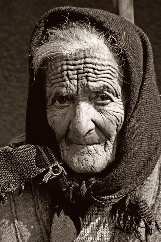 old woman 4 - Deze oude vrouw ontmoette ik jaren geleden in Roemenië. Het contrast maakt haar verweerde gezicht indrukwekkend.