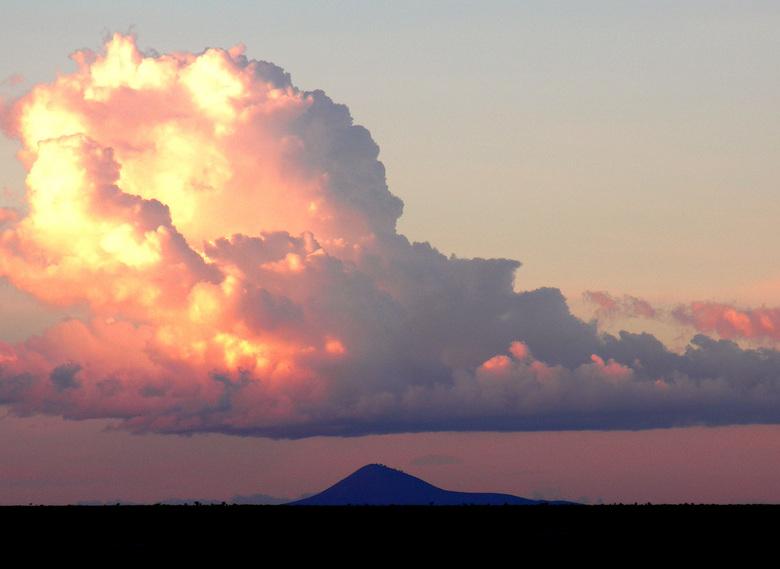 Wolk Kenia - Deze foto is laat in de middag, tegen zonsondergang, gemaakt in het Amboseli Wildpark in Kenia.