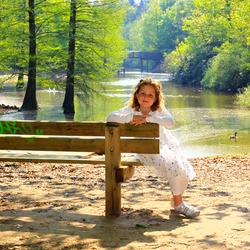 Mini dame in eht park