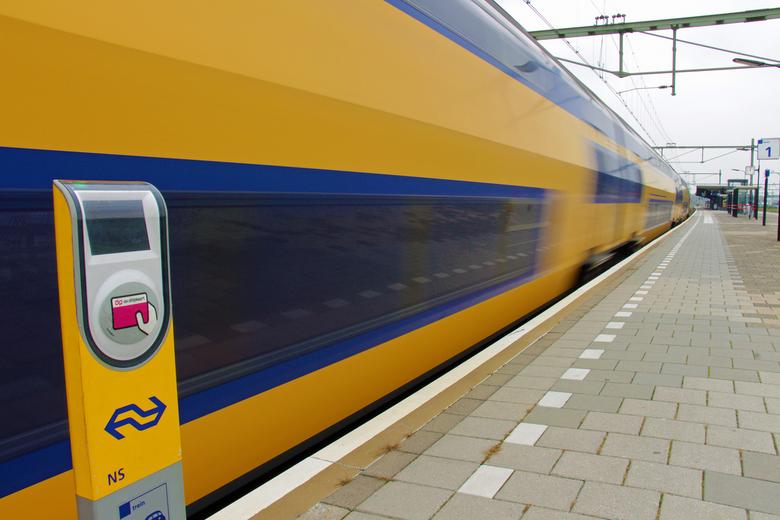 NS Trein op station Goes - NS Trein op station Goes bij het wegrijden