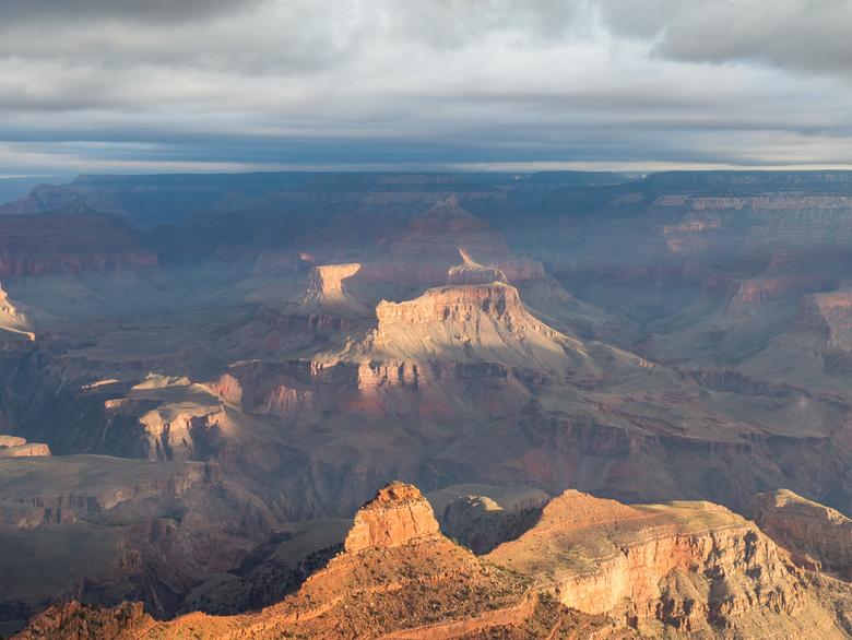 Grand Canyon sunrise - Zonsopkomst bij de South Rim Grand Canyon. Geweldig om mee te maken dat de zon een steeds groter gedeelte van de canyon kleurt.