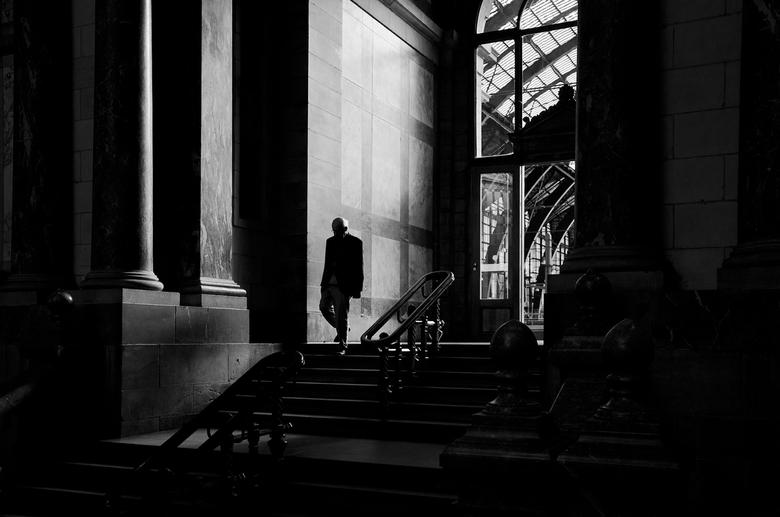 Onderweg... - Een oude man in het prachtige Centraal Station van Antwerpen onderweg naar...