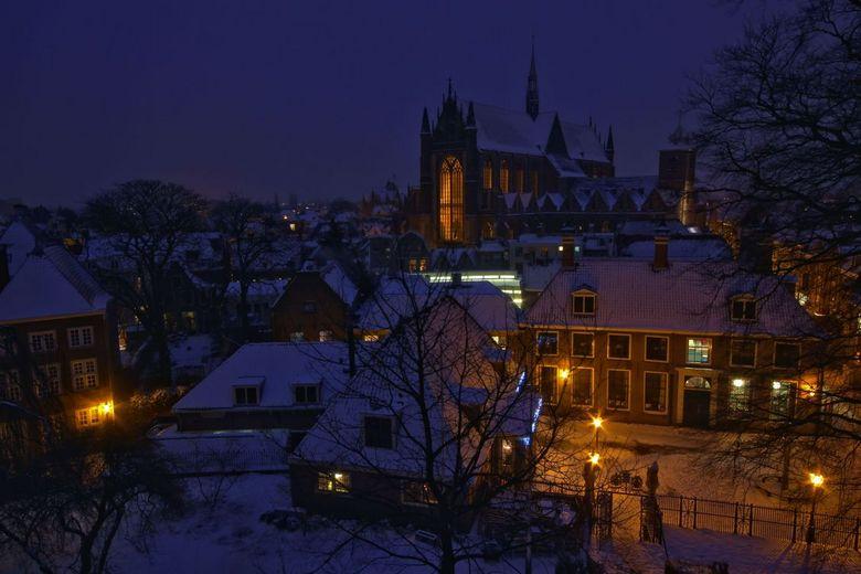 Hooglandse Kerk in Leiden - Met gevaar voor eigen leven op 1 van de kantelen van de Burcht in Leiden gestaan met me statief, de beste van de set foto&