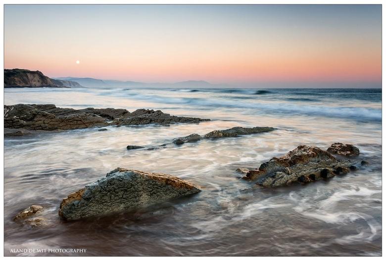 Sopelana sunrise - Zonsopkomst aan de Spaans Baskische kust Sopelana. Wat je ziet in de lucht is de maan die nog net even zichtbaar was. Een halve min