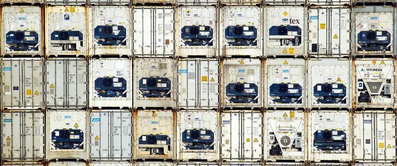 Rotterdamse haven - Koelcontainers gestapeld in de Waalhaven van Rotterdam.
