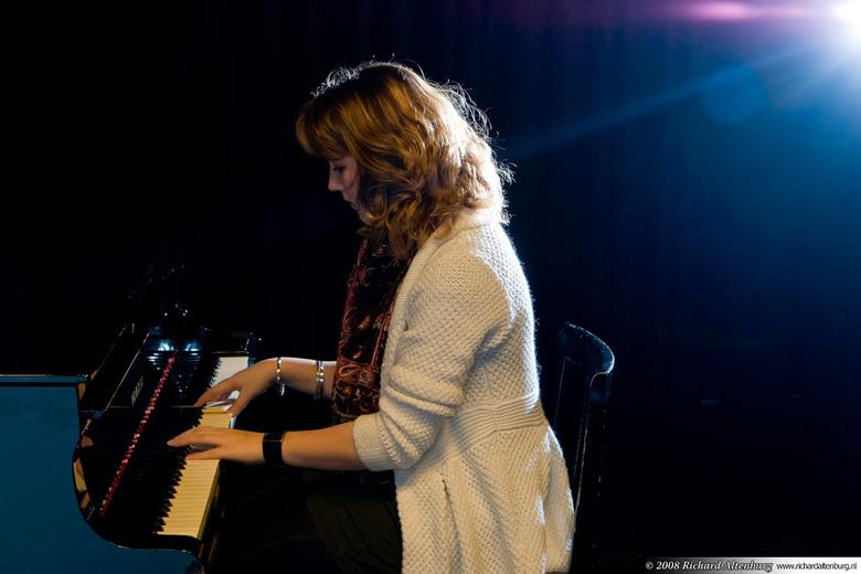 Shine a little love - Ze concentreert zich volledig op het spelen van een romantische compositie op haar vleugel...<br /> <br /> Rechts van de camer