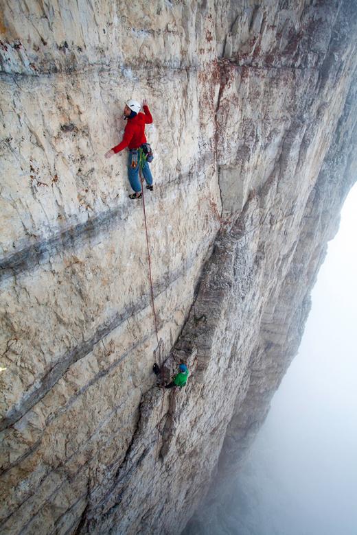 Focus - Twee ervaren bergbeklimmers beklimmen een 400 meter hoge rotswand in de Italiaanse Dolomieten.