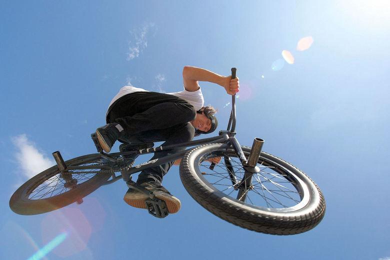 BMX in the Air - Vorige maand bij het Streetstyle event in ons dorp wat foto`s gemaakt.<br /> Deze BMX-er wilde wel even over mij heen springen zodat