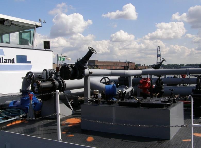 Binnenvaart Tanker - Aan de Voorhavenkade/Hoofdplein in Schiedam liggen vaak binnenvaart tankers. Veel mensen komen dan even een kijkje nemen bij deze