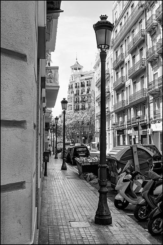 Valencian art 18 - Het is jammer dat er tegenwoordig vaak van die oerlelijke straatlantaarns worden geplaatst om maar vooral industrieel en goedkoop t