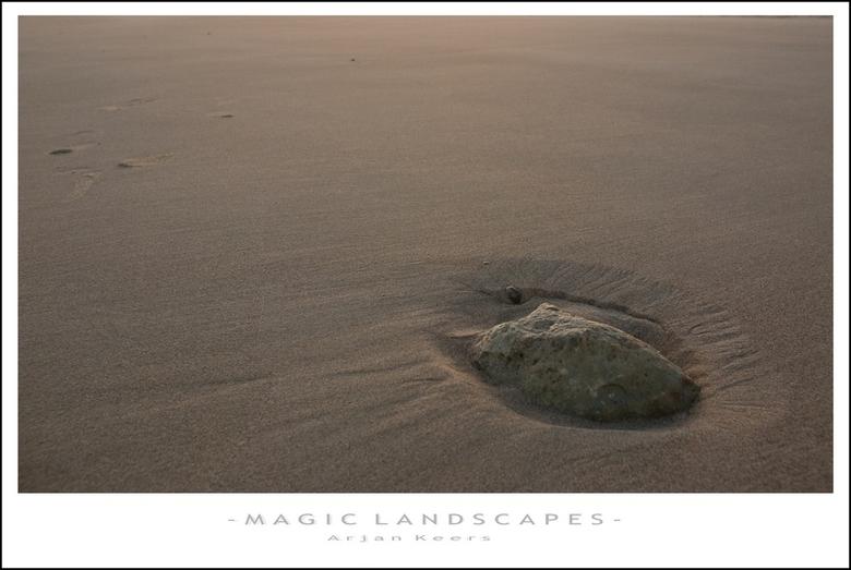 strand 2 - door de eb en vloed is deze steen gedeeltelijk vrij komen te liggen, ik vond het een mooi gezicht op het verder nog bijna onbelopen strand.
