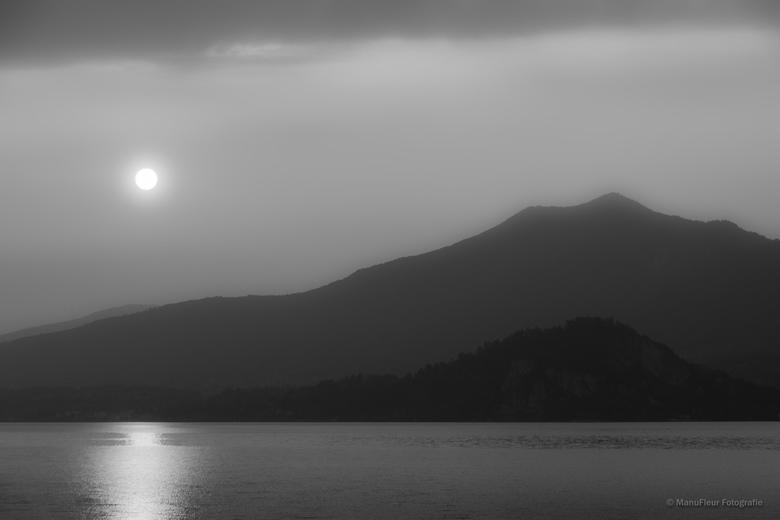 Zonsopkomst in zilver - Zonsopkomst boven Lago Maggiore, Italë, in Z/W gezet