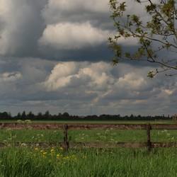 Dreigende wolken boven de polder...