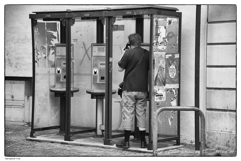 Old skool phoning - In België gaan de telefooncellen weg maar in Frankrijk zijn ze nog talrijk aanwezig en worden ze nog gebruikt.