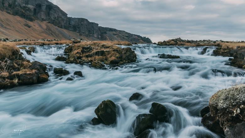 Riverscape - Mooie vloeiende rivier in het prachtige ijsland.<br /> <br /> Voor meer: https://www.facebook.com/ShotByCanipel