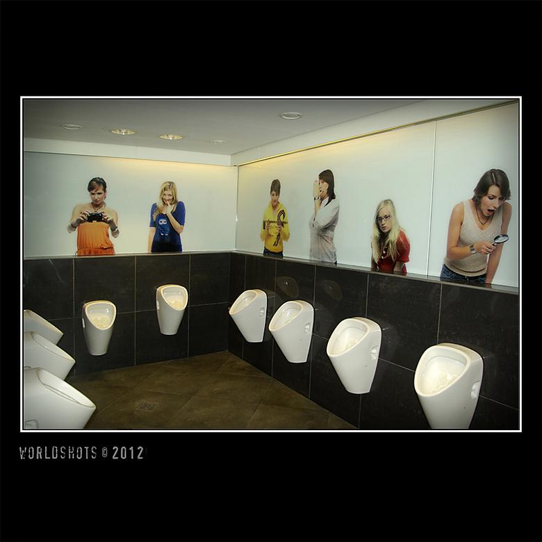 de schaamte voorbij - Openbaar toilet in een winkelcentrum in Praag.<br /> Je voelt je toch wel een beetje bekeken...