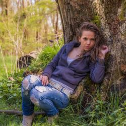 zittend bij boomstam