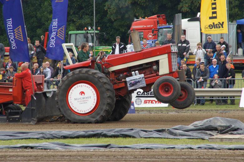 Hotrod! - En ook de oudjes deden het nog prima.<br /> Dit waren de tractoren die gewoon op het land gebruikt werden.<br /> Het ging niet hard, maar