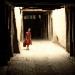 meisje in rode jurk