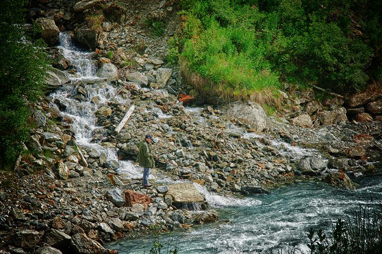 Als ze me missen... - ..dan ben ik vissen. Een andere Zwitserland foto. Niet grote bergen, maar een klein stroompje van een bovenliggends sneeuwveld d