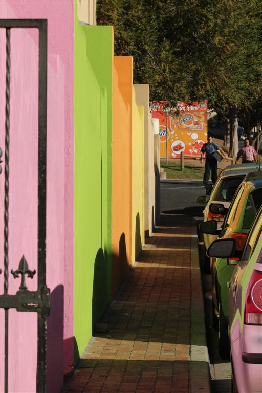 weerspiegeling - Fel geschilderde huizen reflecteren in geparkeerde auto's