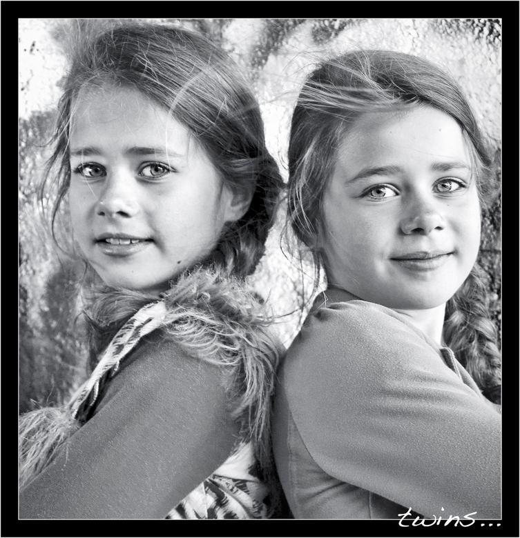 Twins... - prachtige tweeling nichtjes poseren onder graffiti viaduct