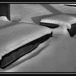 Grafzerken in de sneeuw.