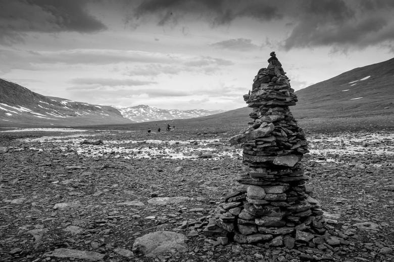 zwart wit in lapland - en toren van stenen langs de kungsleden trail<br /> wordt ook wel een steenmannetje genoemd, en word gebruikt om de weg te vin